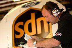 Richard 'Slugger' Labbe regarde les notes d'installation pour l'UPS Ford Fusion