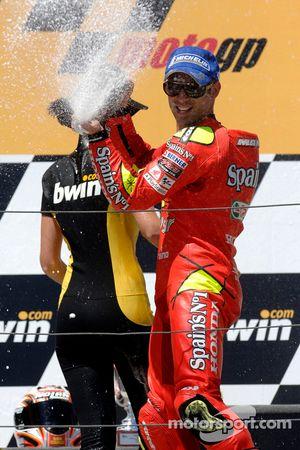 Podio: champaña para Marco Melandri