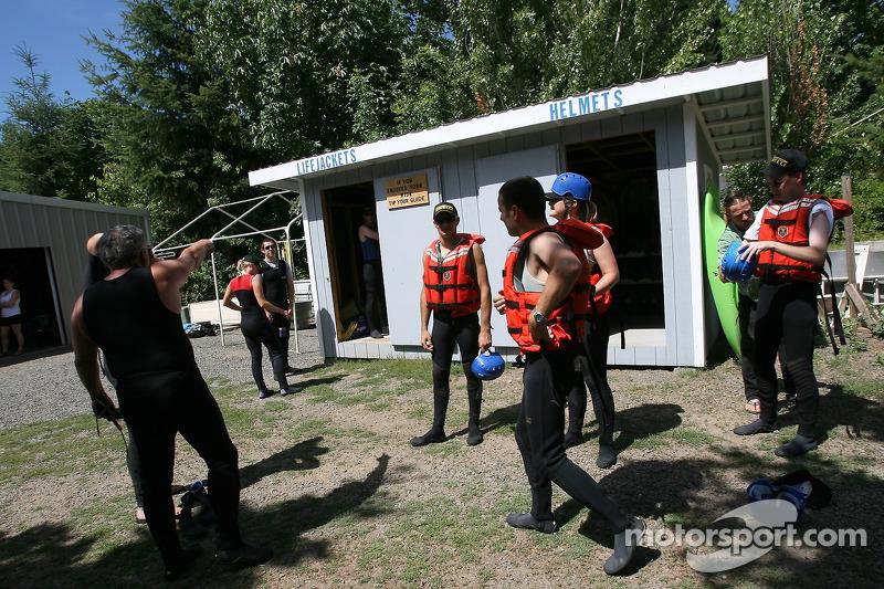 Les participants encore secs et prêts pour leur expédition de rafting sur la rivière White Salmon