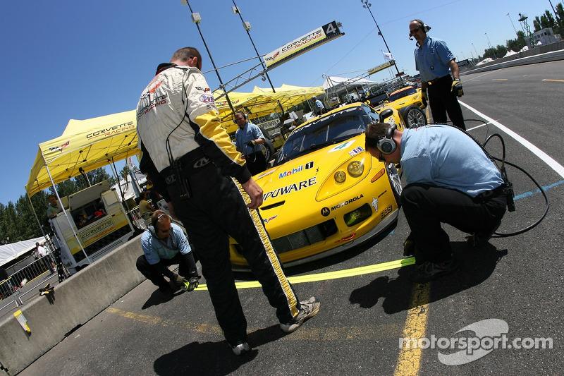 Des membres de l'équipe Corvette Racing se préparent dans la voie des stands