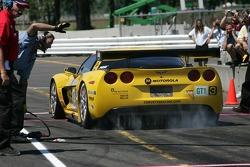 Pit crew challenge: #3 Corvette Racing Corvette C6-R: Ron Fellows, Johnny O'Connell