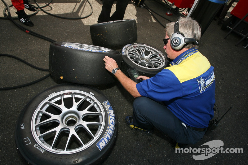 Le technicien Michelin vérifie la température des pneus