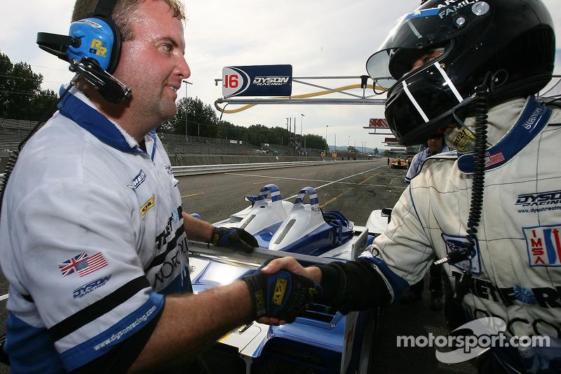 Le vainqueur de la pole position Butch Leitzinger qui célèbre