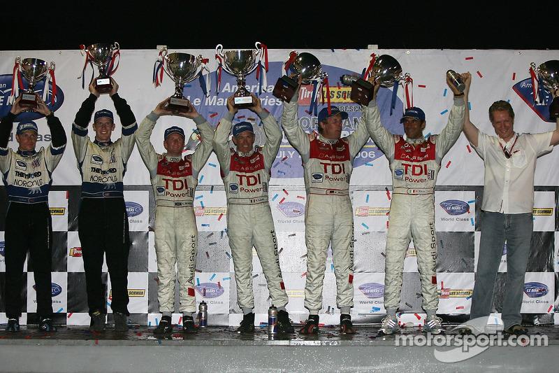 Podium LMP1: les vainqueurs Rinaldo Capello et Allan McNish, avec les deuxièmes Frank Biela et Emanu