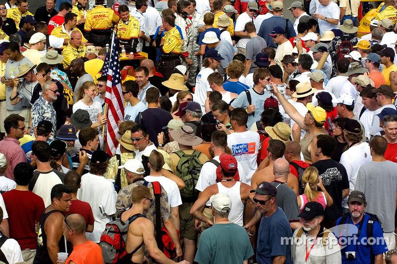 Des fans sur la ligne droite avant la course