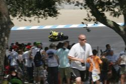 Фанаты и Карлос Чека в девятом повороте