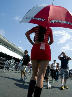Une jeune femme Alpinestars avec un parapluie