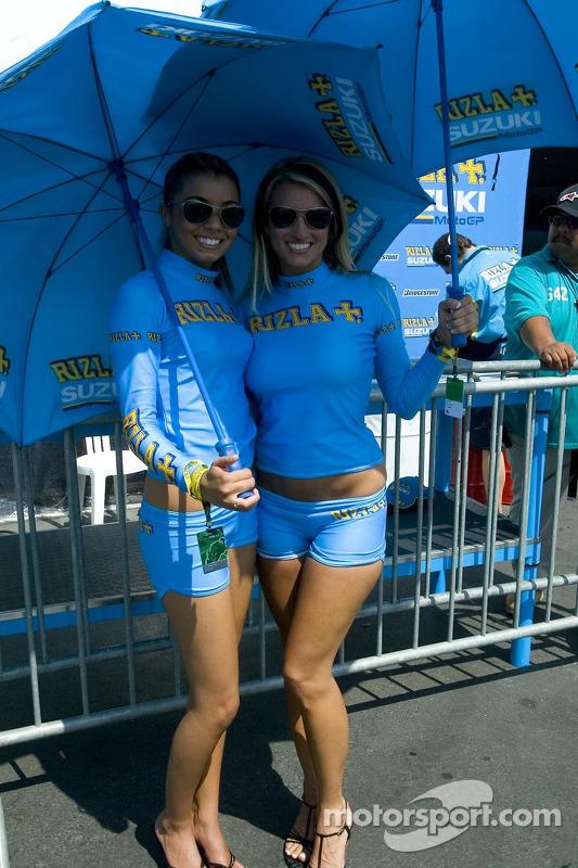 Des jeunes femmes Suzuki avec un parapluie