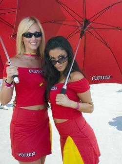De jeunes femmes et leurs parapluies