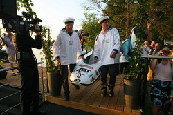 Presentation of the boats for the water rafting race to be held in Zandvoort: boat of Heinz-Harald F