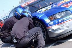 Tyre change for Mattias Ekström