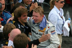 Mika Hakkinen congratulated by his mechanics
