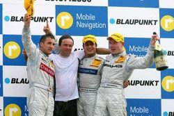 Podium: le vainqueur Bruno Spengler avec Bernd Schneider et Mika Häkkinen