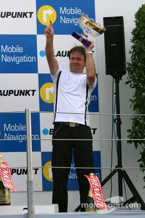 Podium: Gerhard Ungar, chef designer de AMG, avec le trophée du championnat du monde des constructeu
