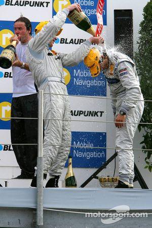 Podium: Mika Häkkinen offre une douche de champagne au vainqueur Bruno Spengler