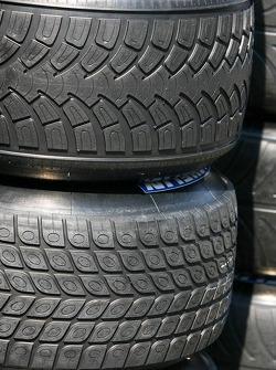 Dos diferentes neumáticos Michelin para clima mojado