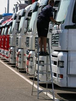 Truckie limpia los camiones