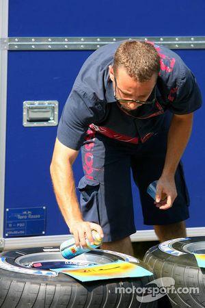 Torro Rosso mecánico de los neumáticos