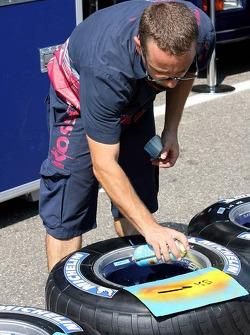 Miembro del equipo Scuderia Toro Rosso es una fábrica de pintura en paredes de neumático de sus neum