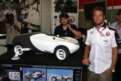 Jenson Button con un concept car de Honda