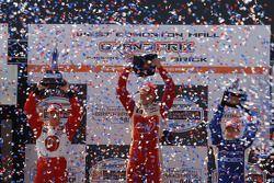 Подиум: победитель гонки Джастин Уилсон с Себастьеном Бурдэ и Эй-Джеем Алмендингером