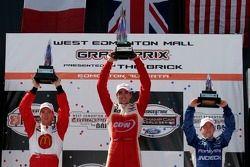 Podio: ganador de la carrera Justin Wilson con Sébastien Bourdais y A.J. Allmendinger