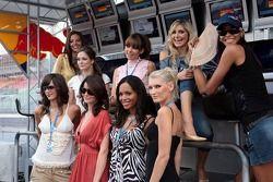 Des jeunes femmes de Formule 1 Maja Dejanovic, Nina Larghi, Nneka Okafor, Sina Beckmann, Lena Issa, Maria Sinowzik, Julia Sonnenstuhl, Sophie Gassmann et Enyerlina Sanches sur la perche des stands