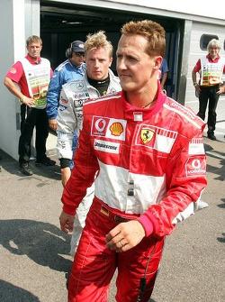 Michael Schumacher y el ganador de la pole Kimi Raikkonen