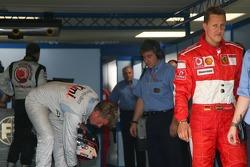 Ganador de la pole Kimi Raikkonen con Michael Schumacher