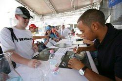 Lewis Hamilton signe des autographes