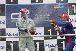Gianmaria Bruni le vainqueur de la course, et Timo Glock 3ème, aspergent de champagne