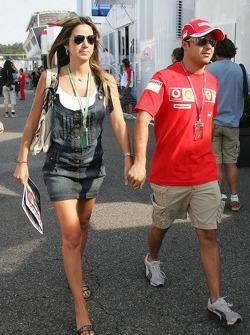 Felipe Massa llega al circuito con su novia Rafaela Bassi