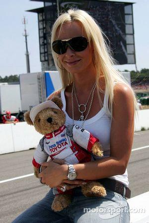 Cora Schumacher con la mascota del oso de Toyota