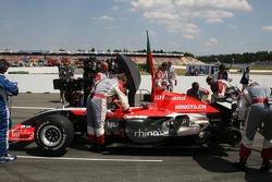 Miembros del equipo Midland MF1 Racing en el trabajo