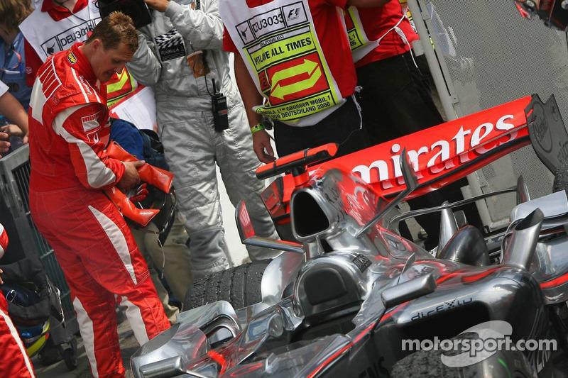 Michael Schumacher mira el McLaren de Kimi Raikkonen