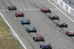Inicio: Kimi Raikkonen toma la delantera por delante de Michael Schumacher y Felipe Massa