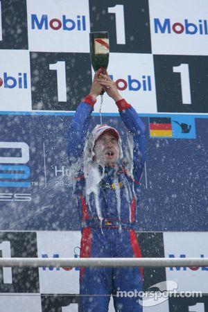 Le vainqueur de la course Timo Glock asperge de champagne