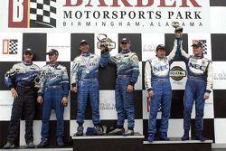Podium GT: les grands vainqueurs Marc Bunting, Andy Lally et RJ Valentine, avec en seconde place Rob
