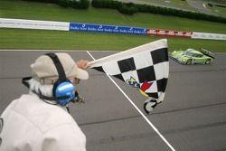#76 Krohn Racing Ford Riley: Jorg Bergmeister, Colin Braun passent la ligne d'arrivée
