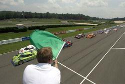 Départ: #76 Krohn Racing Ford Riley: Jorg Bergmeister, Colin Braun prennent la tête