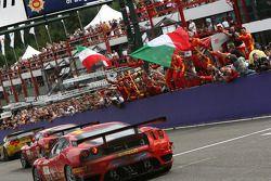 #59 AF Corse Ferrari 430 GT2 LM: Mika Salo, Rui Aguas, Timo Scheider fêtent leur victoire en GT2
