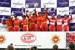Podium GT2: les vainqueurs Mika Salo, Rui Aguas et Timo Scheider, avec les deuxièmes Matteo Bobbi, J