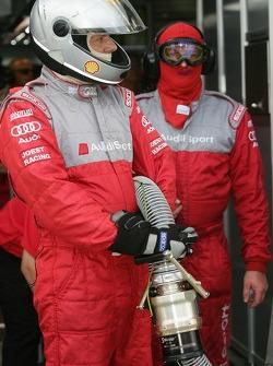 Les membres de l'équipe Audi Sport Team Joest prêts pour l'arrêt au stand