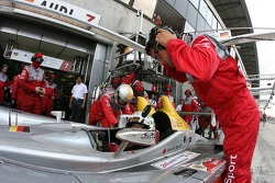 Arrêt au stand pour #7 Audi Sport Team Joest Audi R10: Allan McNish, Rinaldo Capello, Tom Kristensen