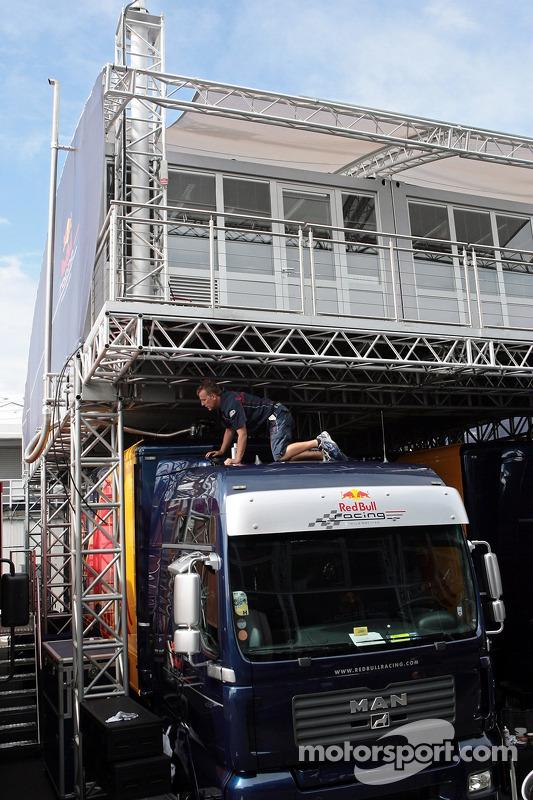 Miembro del equipo Red Bull Racing en el trabajo