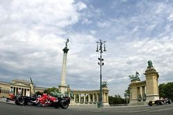 Red Bull Show Run Budapest: Peter Besenyei and an STR1 y un RB2 en la famosa Plaza de héroes de Buda
