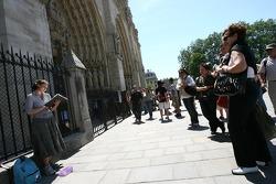 Des visiteurs devant Notre-Dame de Paris