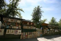 Un marchand de livres célèbre sur les bords de la Seine