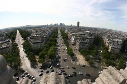 Une vue depuis le sommet de l'Arc de Triomphe: vers l'Ouest et La Défense