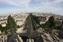 Une vue depuis le sommet de l'Arc de Triomphe: vers l'Est et le Louvre